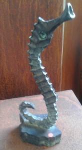 Dansende søhest. Bronzeskulptur af Henrik Voldmester.